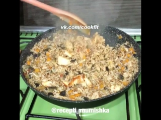 Гречнево-рисовая каша с курицей и овощами.