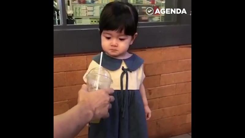 Расстроенная девочка пьет газировку