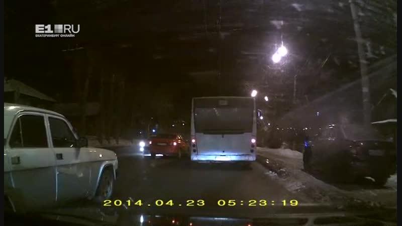Видео ДТП, из-за которого улица Щербакова встала в пробку в обе стороны