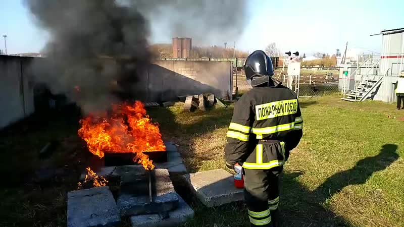 Тушение горючей жидкости в противне, при помощи порошкового огнетушителя ОП-5.