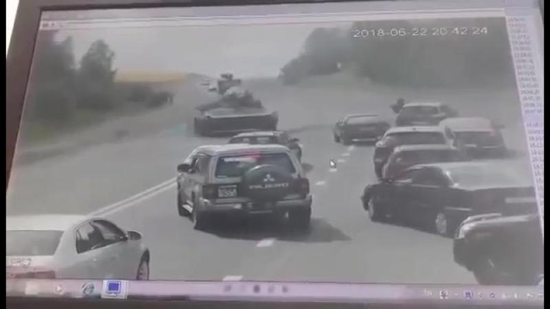 БМП раздавила легковой автомобиль на выезде из Гродно