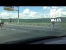 Водители остановили движение по МКАД, чтобы перевести через дорогу утку с утятами.