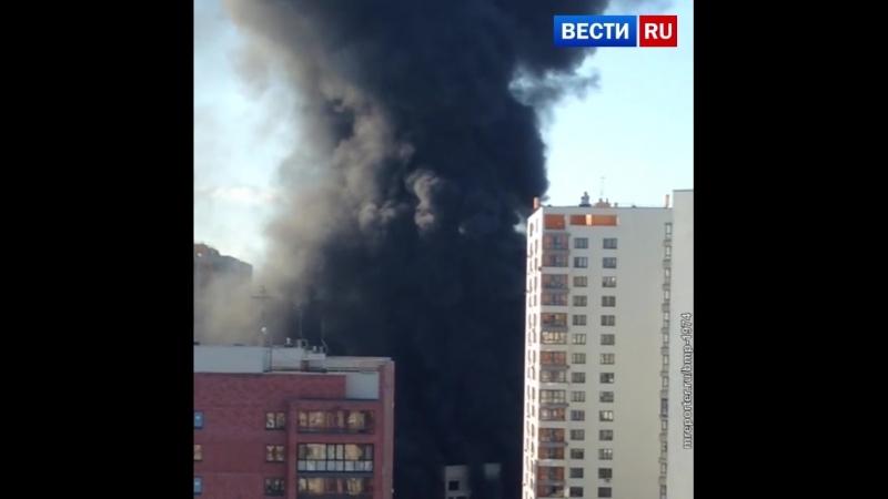 Черный столб дыма поднялся над Тюменью из-за возгорания на стройплощадке