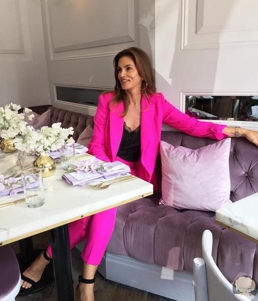 Неоновая фуксия: Синди Кроуфорд в самом модном костюме осени