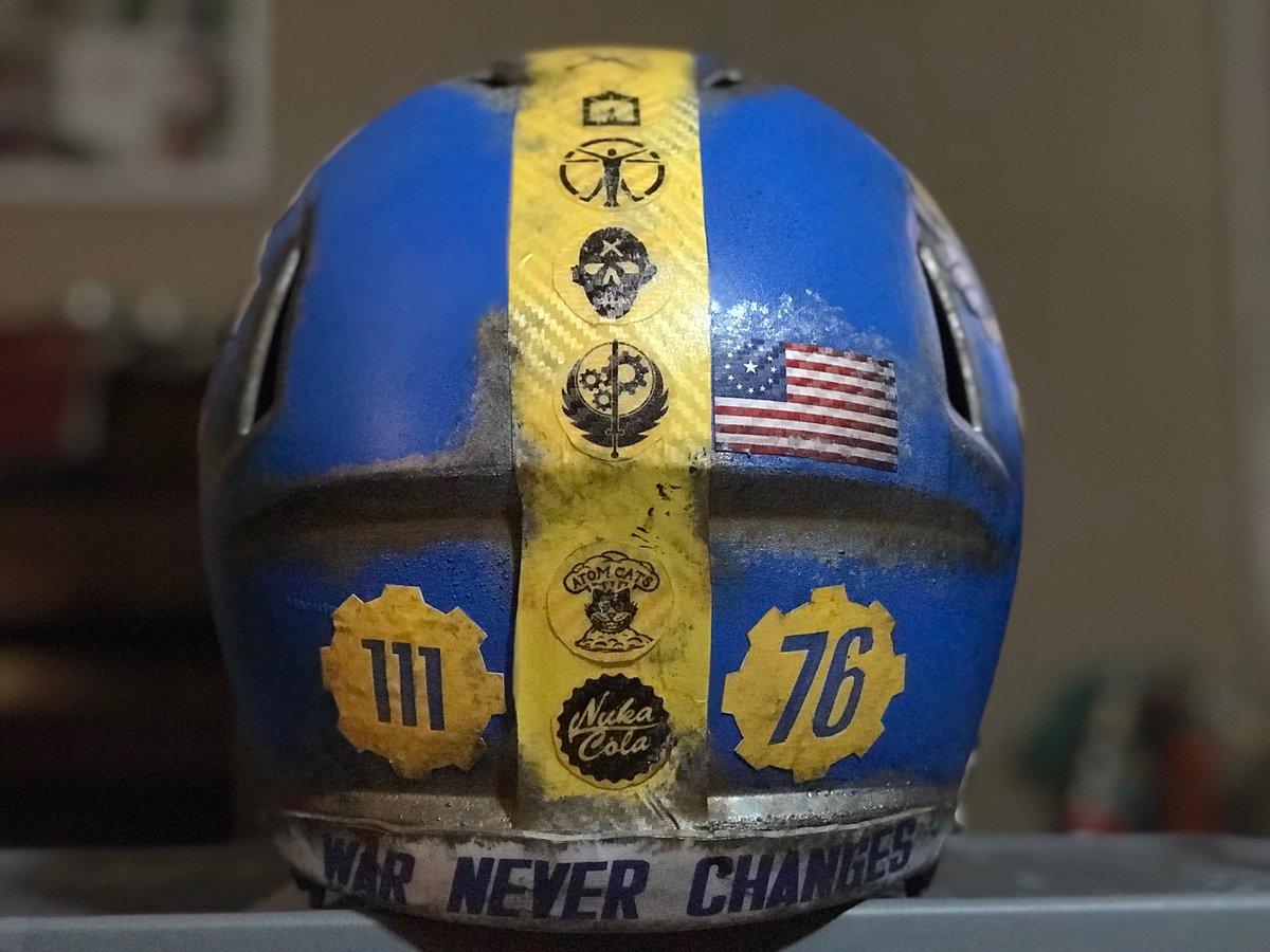 Основанный на мире Fallout, этот шлем был сделан таким, как будто он был найден в Пустоши через 200 лет после падения бомб.