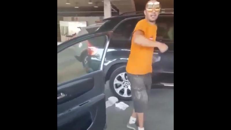 Пародия на танцующих рядом с движущейся машиной...😄 😜 😂