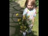 Саша Плющенко дарит маме цветы