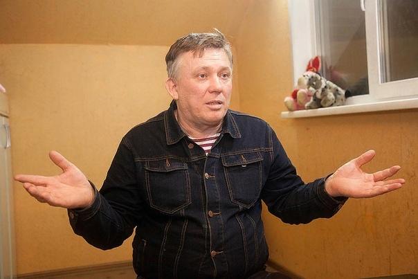50-летний разведенец ищет 35-летнюю худую девственницу На фото 49-летний Ростислав Русинов, многодетный отец, прославившийся на всю страну тем, что только 1 из 5 его детей оказался его. Такой