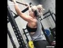 Красивая девочка тяжело тренируется