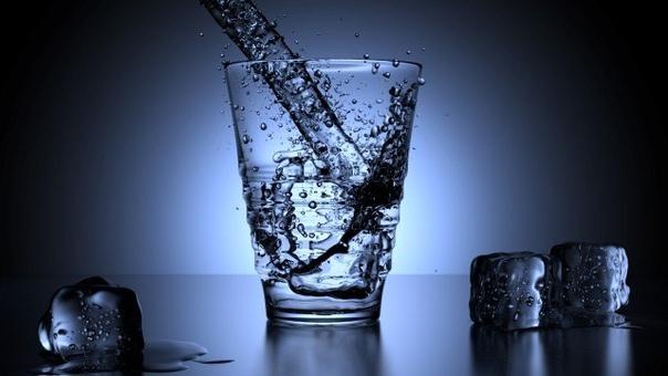 Профессор взял в руки стакан с водой вытянул его вперёд и спросил своих учеников: