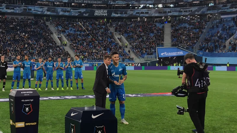 Андрей Аршавин вручил Себастьяну Дриусси премию лучшему игроку РПЛ в ноябре