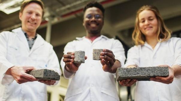 Кирпичи из человеческой мочи Студентам в ЮАР удалось изобрести метод создания кирпичей из человеческой мочи. Первые двое суток кирпичи пахнут аммиаком.Эти кирпичи экологически чистые, так как
