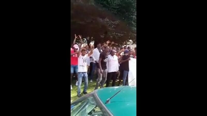 Auvergne des hordes de nègres migrants en transe assiègent la gendarmerie pour exiger plus