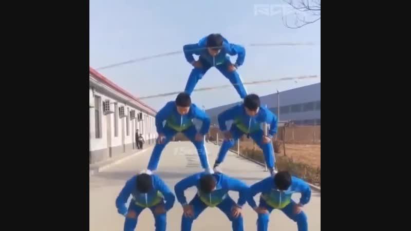 Юные спортсмены выстроились в пирамиду и прыгают на скакалке все вместе yst cgjhncvtys dscnhjbkbcm d gbhfvble b ghsuf n yf crfr