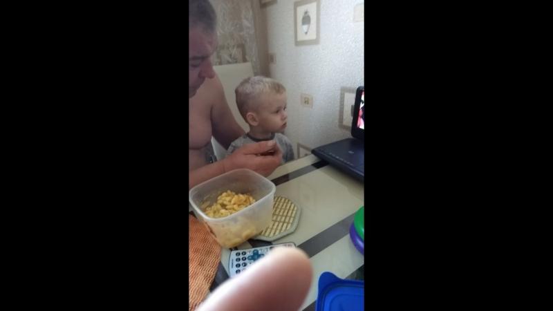 Артем обедает с дедом!