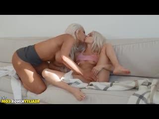 Elsa Jean, Nicolette Shea - Милфа трахает падчерицу дилдо
