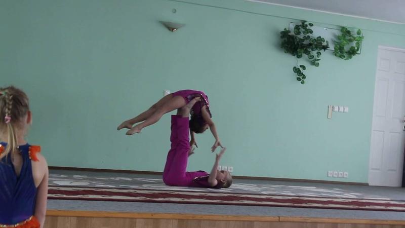 Акробатическая пара. Лиза Василевич и Соня Дубиковская