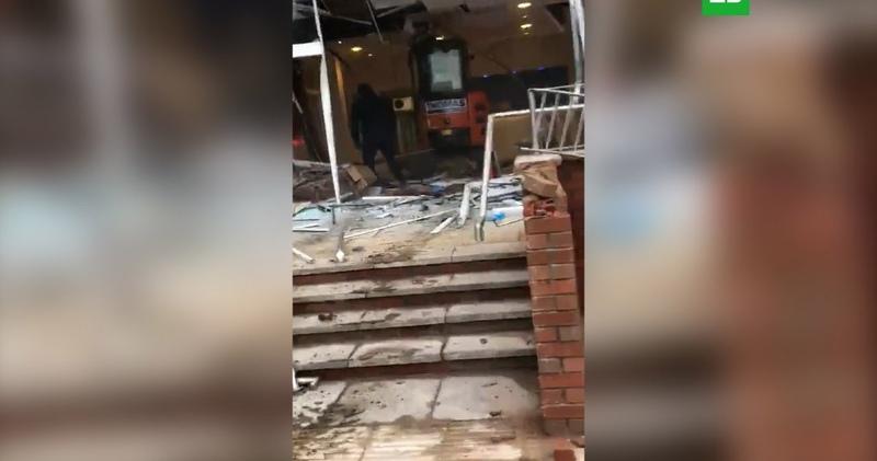 Экскаваторщик разрушил свежепостроенный отель из-за невыплаты зарпалты