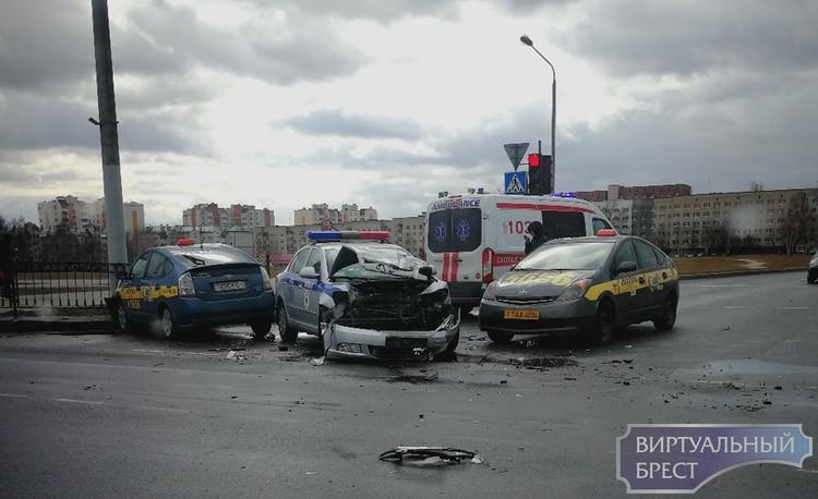 Опубликовано видео, как произошло столкновение автомобиля ГАИ и такси на пр. Республики