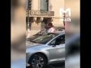 Encore un babouin qui se met torse nul devant la statue de la Jeanne d'Arc ... Pauvre France ...