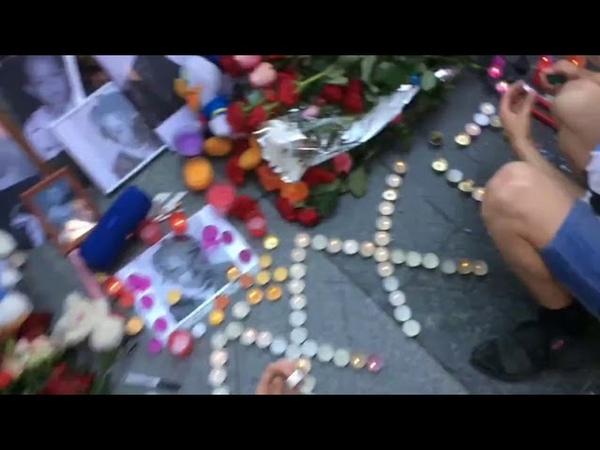 Молодой человек разбивает памятник о XXXTentacion`e