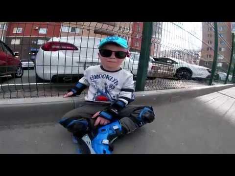 Дети Играют На улице Детская площадка катаемся на роликах играем в мяч