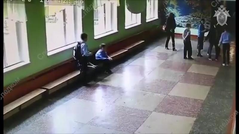 Здоровый мужик ударил ребёнка в живот прямо в школе