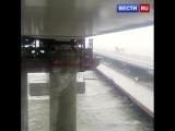 Очевидец снял на видео плавкран, врезавшийся в Крымский мост.