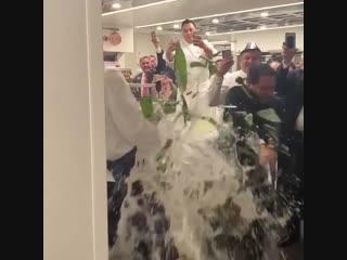 Победитель по жизни открывает мега-бутылку шампанского