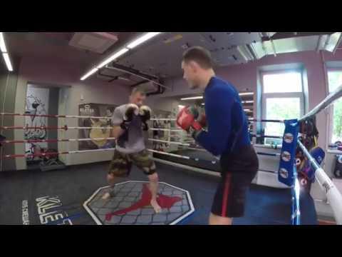 Легкий тренировочный спарринг по боксу на рефлексы в игровой манере с Андреем Басыниным.