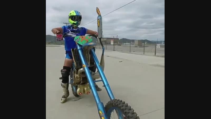 Мотоциклист демонстрирует крутизну мотоцикла