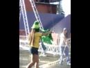 Жара Волонтеры поливают водой болельщиков Бразилии