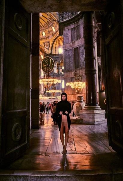 Модель Playboy разделась для фотосессии на главной площади Ватикана Скандальная бельгийская фотомодель Мариса Папен (Marisa Papen), известная своими эпатажными фотосессиями, снова отличилась.