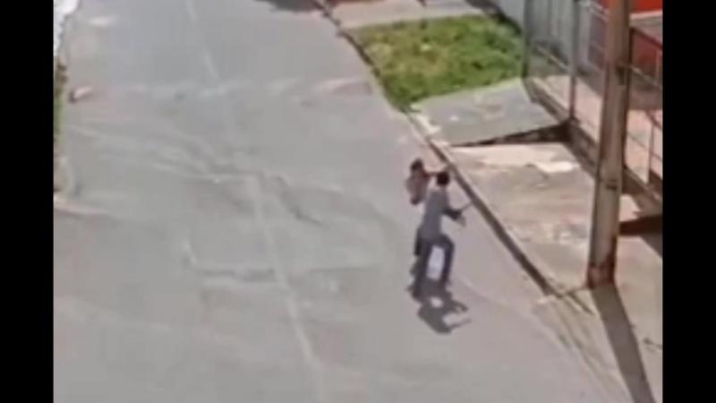 В Бразилии молодая девушку отбилась от грабителя с пистолетом приёмами Джеки Чана.