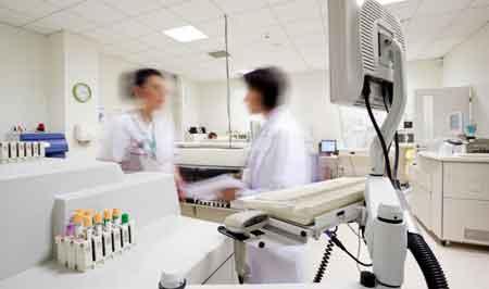 Современные передовые лаборатории используют биомедицинские приборы.
