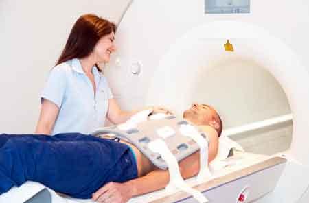 Биомедицинские инженеры могут работать с диагностическими диагностическими приборами в больнице.