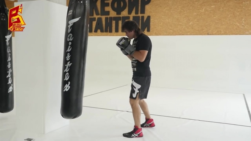 Как поставить акцентированный удар на боксерском мешке Эльмар Гусейнов