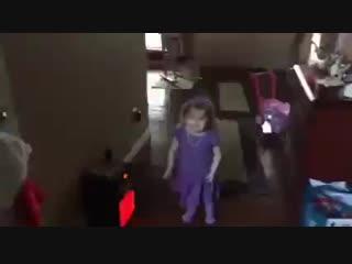 Скачать-Маленькая-девочка-танцует-и-поёт-под-песню-Селены---смотреть-онлайн_360p.mp4