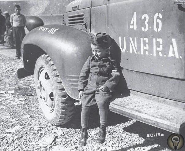 Четырёхлетний польский еврей Джозеф Шлайфстайн самый юный выживший узник Бухенвальда, сразу после освобождения 11 апреля 1945 год.Несмотря на то, что официально Бухенвальд не имел статуса