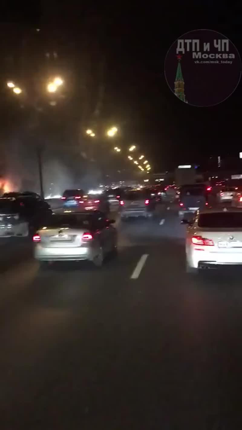 Автобус загорелся на МКАД в районе ул. Свободы, сообщили в пресс-службе столичного управления МЧС Ро...