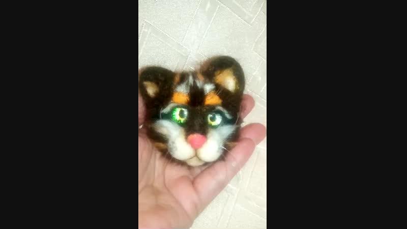 Котик трехцветный брошь Сделан из шерсти мериноса Глазки стеклянные