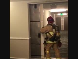 У нас в апартаментах у соседей был пожар, сработала сигнализация и закрылись противопожарные двери.
