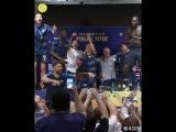 Игроки сорвали пресс-конференцию Дешама и устроили танцы на столе
