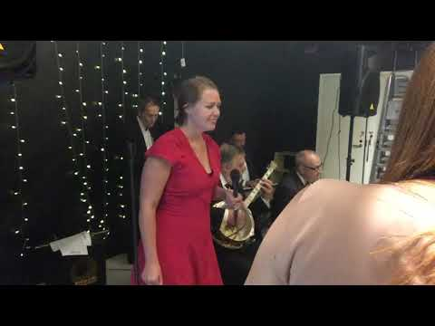 Charlotta Kerbs sings with Birger's Ragtime band