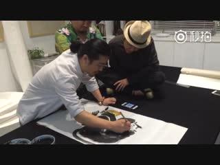 Господин Ли Юйган учится рисовать обезьянку у художника Линь Юэпина (林跃平)