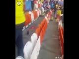 Японские болельщики убираются на стадионе после победы своей команды