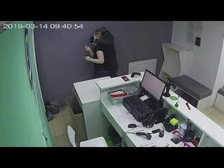 Ограбление интернет магазина Lamoda (Ламода). Грабитель связал девушку продавца скотчем.