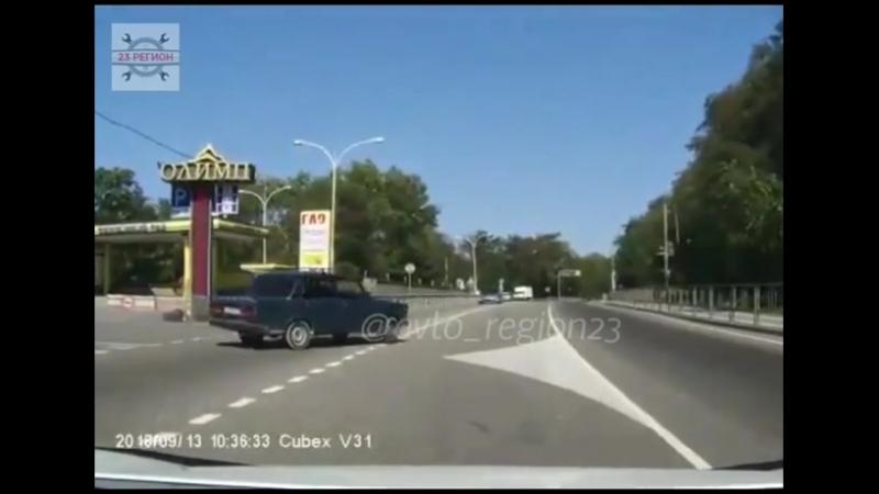 В Туапсе 13 сентября таксисит на Семёрке подрезал автомобиль «INFINITI» который ехал на приличной скорости