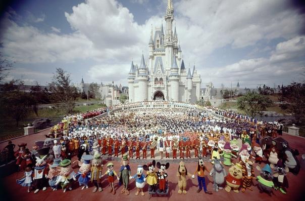 Групповое фото персонала Walt Disney World перед замком Золушки (1971 год).