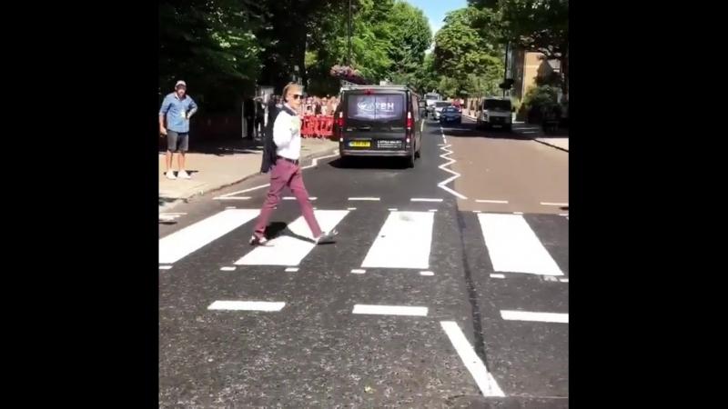 Paul McCartney crossing zebra at Abbey Road – Outtake (July 23, 2018)